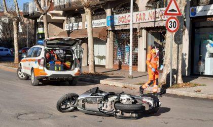 Ferito motociclista dopo lo schianto contro un'auto FOTO