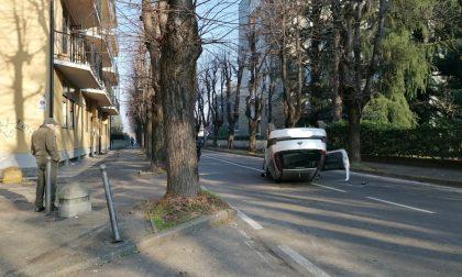 Con l'auto contro un albero, poi il ribaltamento: strada chiusa in parte