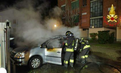 Va a fuoco un'auto parcheggiata, accorsi i pompieri FOTOGALLERY