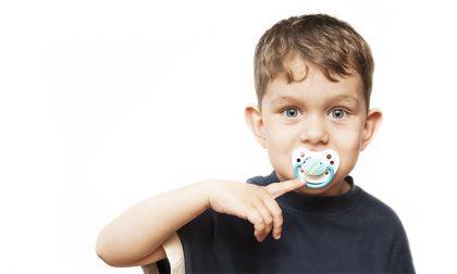 Succhiare il ciuccio o il pollice dopo i due anni può diventare un problema