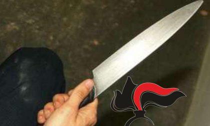 Minaccia il titolare della pizzeria col coltello