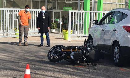 Vimercate, motociclista finisce sotto una automobile: miracolato