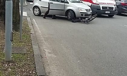 Incidente a Monza, ciclista finisce sotto un'auto