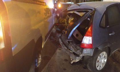 Distrazione al volante: il furgone finisce contro un'auto in sosta