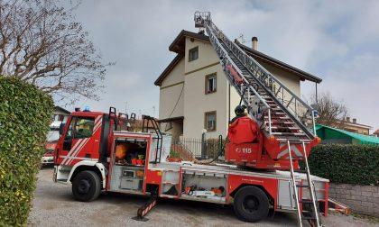 Il tetto va in fiamme: paura per alcune famiglie