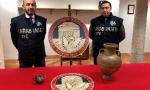 Riceve in eredità dei reperti archeologici, i Carabinieri recuperano un'anfora e una kylix antichissime