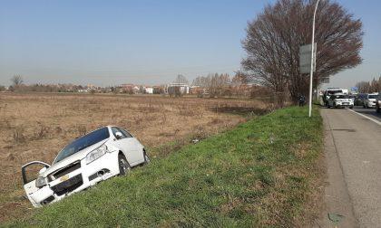 Perde il controllo dell'auto e finisce nel fosso: 29enne in ospedale
