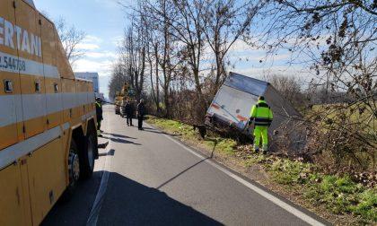 Camion esce di strada e finisce nella roggia