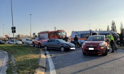 Terribile incidente alla rotonda: una donna trasportata in ospedale