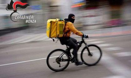Prova a rubare la bici di un rider e lo colpisce alla testa con un martello frangivetro, denunciato