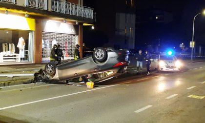 Auto abbatte un lampione e si ribalta
