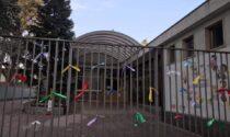 La protesta dei nastrini colorati fuori dalle scuole