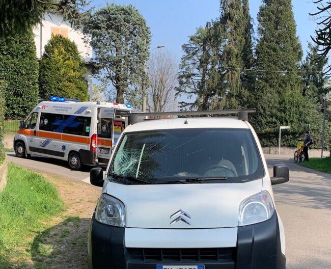 l furgoncino coinvolto nell'incidente in via Don Tazzoli a Carate Brianza