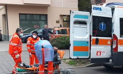 Auto tampona due vetture in sosta, ferito un medese