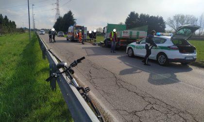 Scontro tra un camion e una bici a Desio: soccorso un 21enne