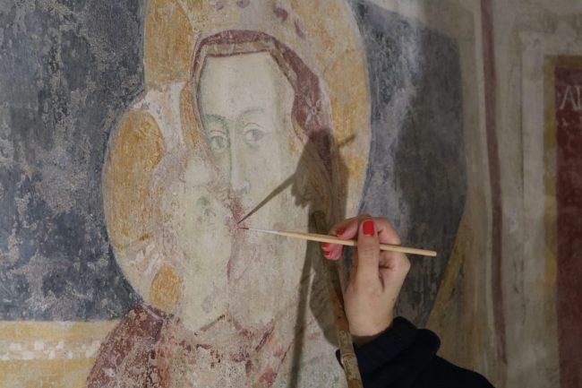 Agliate, il restauro degli affreschi del battistero