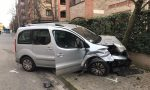 Taglia lo stop, schianto tra auto: donna in ospedale