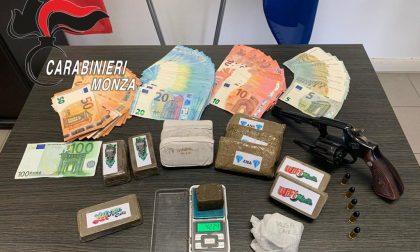 Droga, una pistola e oltre 5mila euro in contanti: arrestati due giovani