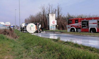 Autocisterna si ribalta, strada inondata… di latte