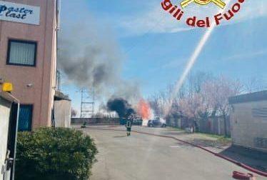 Incendio in una ditta: a fuoco bancali di legno, carta e un'auto