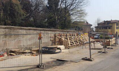 """Lavori in corso a Velate: puntellata una porzione di muro in via preventiva. Il sindaco """"Nessun cedimento"""""""