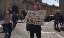 """In piazza al grido di """"Giù e mani dalla scuola"""": la protesta dei genitori vimercatesi contro la dad"""