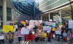Scuole chiuse in Lombardia, famiglie dalla Brianza a Milano per protestare