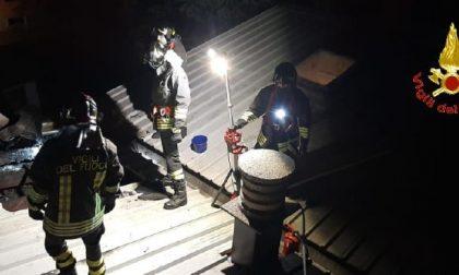 A fuoco il tetto di un'abitazione, attimi di terrore a Concorezzo
