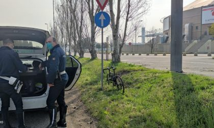 Ciclista cade nei pressi del palazzetto, sul posto ambulanza, automedica e agenti della Polizia Locale