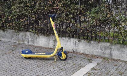 Monopattini in sosta sui marciapiedi di Monza, un pericolo per i non vedenti