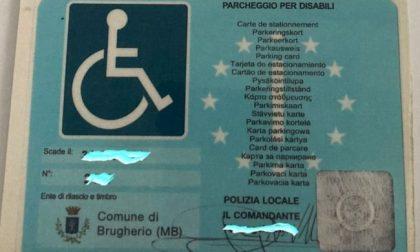 Pass falso per parcheggiare sugli stalli dei disabili: denunciata una 50enne