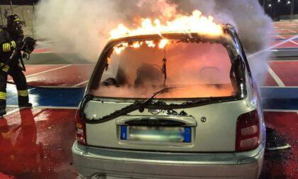 Auto a fuoco in un parcheggio pubblico