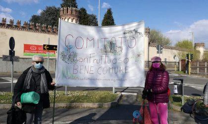 Cittadini in strada contro la palestra che cancella l'area verde