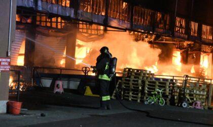 """Incendio di Agrate, aria irrespirabile ma il sindaco rassicura: """"Nessuna criticità"""""""