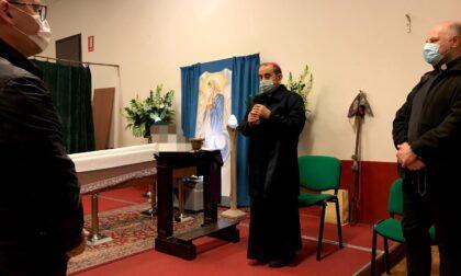 La preghiera dell'arcivescovo Delpini, accanto agli scout, per don Eugenio