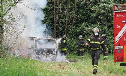 Un incendio divora un furgone