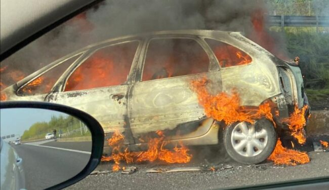 auto in fiamme Carate
