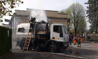 Mezzo della Sangalli a fuoco, intervengono i pompieri