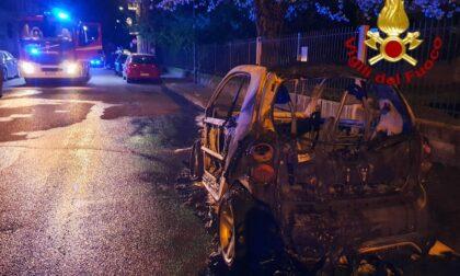 Auto in fiamme in un parcheggio, arrivano i Vigili del fuoco