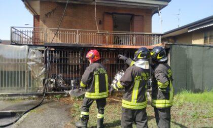 Tre squadre di Vigili del fuoco in azione a Desio per un incendio