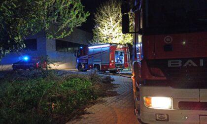 Incendio in azienda, squadre dei Vigili del fuoco al lavoro