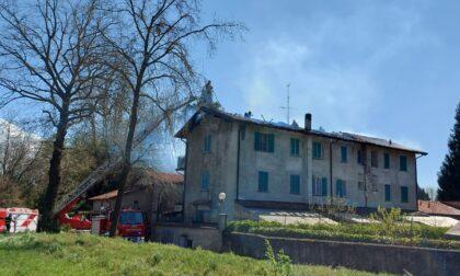 A fuoco il tetto di una cascina a Rancate