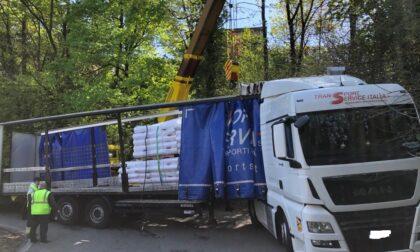 Camion incastrato sui tornanti a Trezzo, circolazione bloccata per sei ore