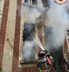 Prendono fuoco i rifiuti, arrivano i pompieri