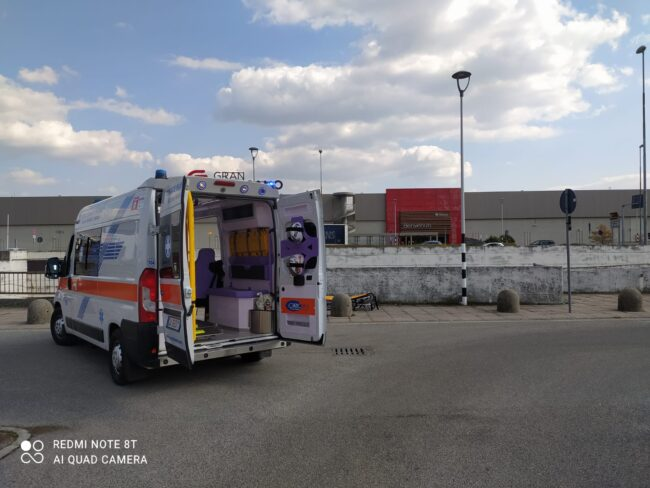 L'ambulanza intervenuta in via Prealpi