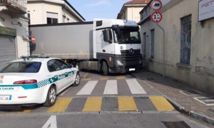 Un altro camion incastrato per le vie di Trezzo sull'Adda