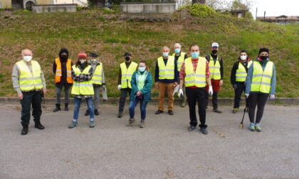 Volontari ripuliscono le sponde del Lambro