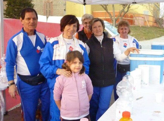 Enrica Dell'Orto (prima da destra) durante una manifestazione dei Marciacaratesi