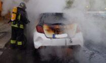 Auto bruciata nel cortile della case Aler