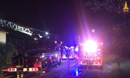 Il tetto prende fuoco nella notte, intervengono i pompieri